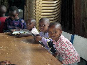 die neuen Kinder beim Mittagessen