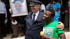 Kapitän Fokko Doyen mit Jacob Njuguna und einem Bild seines verstorbenen Schützlings John Kaheni.