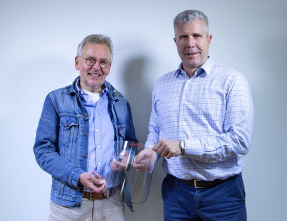 Kinderarzt Dr Matthias Gründler und rechts Thomas Pfaff von Seufert GmbH